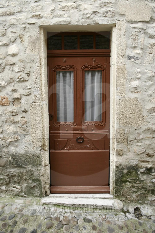 Porte fenetre rustique reportages portes de provence herve all photographe banque d 39 image for Porte fenetre taille